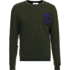 Calvin Klein FRENCH TERRY CBADGE Bluza green. Pomarańczowe bluzy męskie marki Calvin Klein, l, z bawełny, z okrągłym kołnierzem. Za 549,00 zł.
