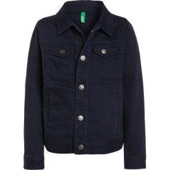 Benetton Kurtka jeansowa dark blue. Niebieskie kurtki męskie jeansowe marki Benetton. W wyprzedaży za 125,10 zł.