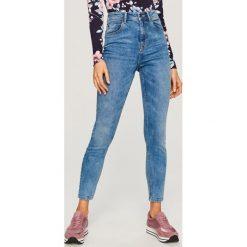 Jeansy z wysokim stanem - Niebieski. Niebieskie spodnie z wysokim stanem Reserved, z jeansu. Za 89,99 zł.