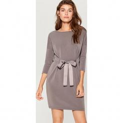 Sukienka z wiązaniem w talii - Szary. Szare sukienki z falbanami marki Mohito, l. W wyprzedaży za 79,99 zł.