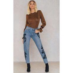 Trendyol Jeansy z haftowaną różą - Blue. Niebieskie jeansy damskie marki Trendyol, z haftami, z bawełny. W wyprzedaży za 64,78 zł.