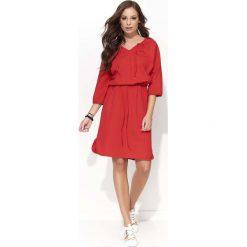 Czerwona Wyjściowa Sukienka z Wiązaniem przy Dekolcie V. Czerwone sukienki dresowe Molly.pl, na co dzień, l, wizytowe, oversize. Za 93,90 zł.