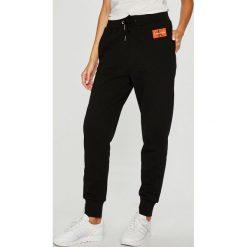 Calvin Klein Jeans - Spodnie. Szare jeansy damskie marki Calvin Klein Jeans. Za 399,90 zł.