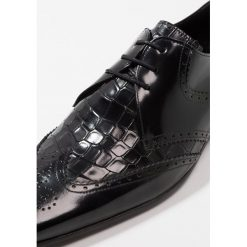 Jeffery West ESCOBAR 3 EYE WINGCAP DERBY Eleganckie buty black. Czarne buty wizytowe męskie Jeffery West, z materiału, na sznurówki. Za 749,00 zł.