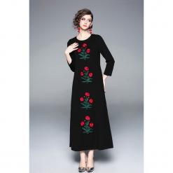 Sukienka w kolorze czarnym. Czarne długie sukienki marki Zeraco, z dekoltem na plecach, proste. W wyprzedaży za 339,95 zł.