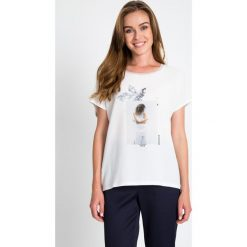 Bluzki damskie: Biała bluzka z motywem kobiety QUIOSQUE
