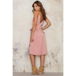 Sukienki hiszpanki: Morrisday The Label Sukienka Kopertowa Rose – Pink