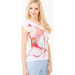 T-shirt z malowanym kwiatem. Szare t-shirty damskie marki Monnari, w kolorowe wzory, z dekoltem w serek. Za 39,96 zł.