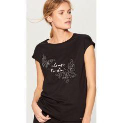 Koszulka z połyskującą aplikacją - Czarny. Czarne t-shirty damskie Mohito, l, z aplikacjami. Za 49,99 zł.