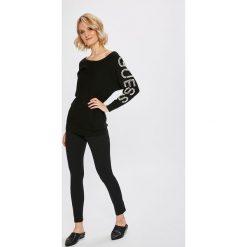 Guess Jeans - Sweter. Szare swetry klasyczne damskie Guess Jeans, l, z dzianiny, z dekoltem w łódkę. Za 399,90 zł.