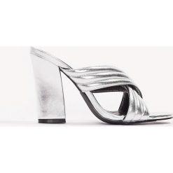 Chodaki damskie: NA-KD Shoes Metaliczne klapki Cross - Silver