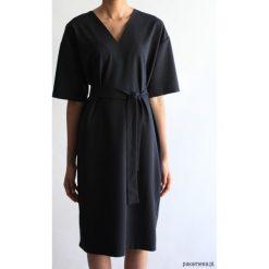 Sukienka CLASSY SUMMER SHORT BLACK. Czarne sukienki balowe Pakamera, na lato, z klasycznym kołnierzykiem, z krótkim rękawem, midi. Za 400,00 zł.