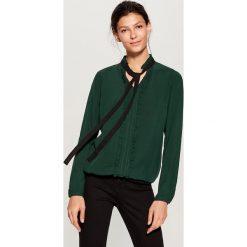 Koszula z kontrastowym wiązaniem - Khaki. Brązowe koszule wiązane damskie marki Mohito, z kontrastowym kołnierzykiem. Za 89,99 zł.