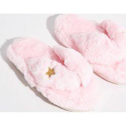 Pluszowe klapki - Różowy. Czerwone klapki damskie marki Sinsay. Za 24,99 zł.