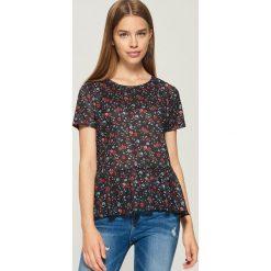 T-shirt w kwiaty - Czarny. Czarne t-shirty damskie marki Sinsay, l, w kwiaty. W wyprzedaży za 19,99 zł.