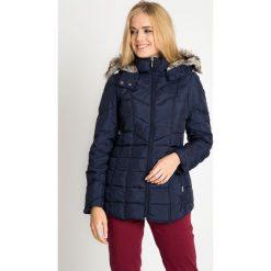 Granatowa taliowana kurtka z futerkiem QUIOSQUE. Brązowe kurtki damskie pikowane QUIOSQUE, s, z kapturem. W wyprzedaży za 279,99 zł.