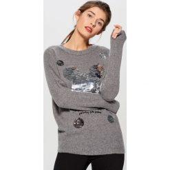 Sweter ze strukturalną aplikacją Mickey Mouse Special Collection - Szary. Brązowe swetry klasyczne damskie marki Mohito, m. Za 129,99 zł.