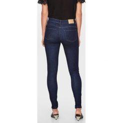 Vero Moda Jeans Skinny Fit dark blue denim. Niebieskie jeansy damskie relaxed fit Vero Moda. Za 169,00 zł.