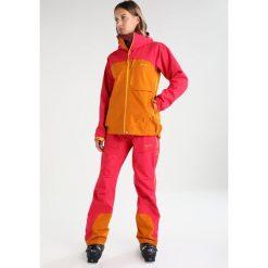 PYUA BREAKOUT 2.0 Kurtka snowboardowa jazzy pink/fox orange. Czerwone kurtki damskie narciarskie PYUA, xl, z materiału. W wyprzedaży za 1175,30 zł.