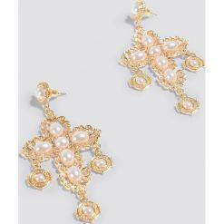 Kolczyki damskie: NA-KD Boho Kolczyki krzyż z perłami – Gold