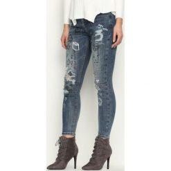 Niebieskie Jeansy Hanabarbera. Niebieskie jeansy damskie z dziurami marki Born2be. Za 89,99 zł.