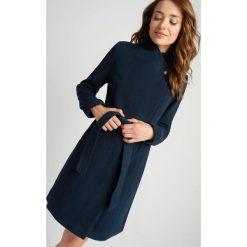 Płaszcze damskie pastelowe: Klasyczny płaszcz z paskiem