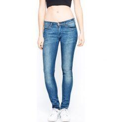 Wrangler - Jeansy Corynn Reverie. Niebieskie proste jeansy damskie Wrangler, z obniżonym stanem. W wyprzedaży za 239,90 zł.