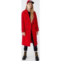 Bardzo długi płaszcz z dwurzędowym zapięciem na guziki. Czerwone płaszcze damskie Pull&Bear. Za 299,00 zł.