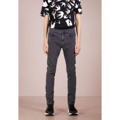 McQ Alexander McQueen MISMATCHED STRUMMER Jeansy Slim Fit grey denim. Szare jeansy męskie relaxed fit McQ Alexander McQueen, z bawełny. Za 879,00 zł.