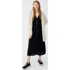 Sukienka midi z guzikami. Czarne sukienki hiszpanki Pull&Bear, midi. Za 99,90 zł.
