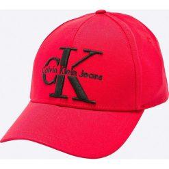 Calvin Klein Jeans - Czapka. Czerwone czapki z daszkiem damskie marki Calvin Klein Jeans, z bawełny. W wyprzedaży za 139,90 zł.