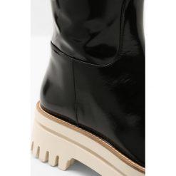 Paloma Barceló NIGER MARK Kozaki na platformie black. Czarne buty zimowe damskie marki Kazar, z futra, przed kolano, na wysokim obcasie, na koturnie. W wyprzedaży za 661,05 zł.