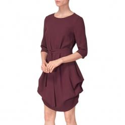 Sukienka w kolorze bordowym. Czerwone sukienki asymetryczne marki BOHOBOCO, w paski, z tkaniny, z asymetrycznym kołnierzem, mini. W wyprzedaży za 909,95 zł.