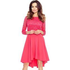Patrizia– sukienka z koronkową górą koral. Czerwone sukienki balowe Bergamo, na imprezę, w koronkowe wzory, z koronki, z dekoltem w łódkę. Za 214,99 zł.