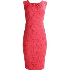 Swing Sukienka koktajlowa hibiskus. Czerwone sukienki koktajlowe marki Swing, z elastanu. W wyprzedaży za 415,20 zł.