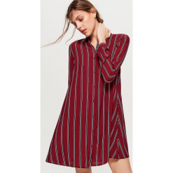Koszulowa sukienka oversize - Bordowy. Czerwone sukienki marki Cropp, l, z koszulowym kołnierzykiem, koszulowe. Za 69,99 zł.