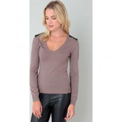 Sweter w kolorze szarobrązowym. Brązowe swetry klasyczne damskie marki William de Faye, z kaszmiru. W wyprzedaży za 136,95 zł.