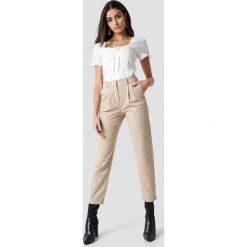 Spodnie damskie: NA-KD Trend Spodnie garniturowe - Beige