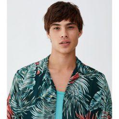 Koszula z wiskozy z nadrukiem liści z dżungli. Zielone koszule męskie Pull&Bear, m, z nadrukiem, z wiskozy. Za 89,90 zł.