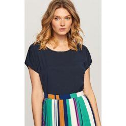 Koszulka z ozdobną lamówką przy dekolcie - Granatowy. Niebieskie t-shirty damskie Reserved, l. W wyprzedaży za 29,99 zł.