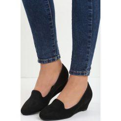 Czarne Koturny Mariposa. Czarne buty ślubne damskie marki Born2be, na niskim obcasie, na koturnie. Za 59,99 zł.