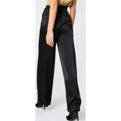 Spodnie z wysokim stanem: NA-KD Classic Błyszczące spodnie z rozszerzanymi nogawkami – Black