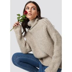 Dilara x NA-KD Sweter z golfem - Beige. Brązowe swetry oversize damskie Dilara x NA-KD. Za 161,95 zł.