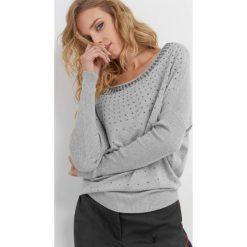 Luźny sweter z koralikami. Czarne swetry klasyczne damskie marki Orsay, xs, z bawełny, z dekoltem na plecach. Za 99,99 zł.
