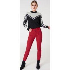 NA-KD Jeansy z wysokim stanem - Red. Czerwone jeansy damskie NA-KD, z jeansu. Za 121,95 zł.