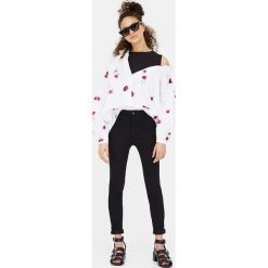 Spodnie skinny z wysokim stanem. Szare rurki damskie marki Pull & Bear, okrągłe. Za 49,90 zł.