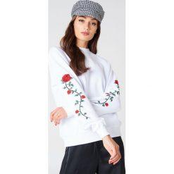 NA-KD Bluza z wyszywanymi różami na rękawach - White. Białe długie bluzy damskie NA-KD, z bawełny. Za 133,95 zł.