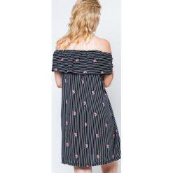 Sukienki balowe: Sukienka z dekoltem typu carmen zdobiona nadrukiem w paski i małymi różyczkami czarna