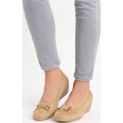 Beżowe Czółenka Abella. Brązowe buty ślubne damskie marki Born2be, z okrągłym noskiem, na koturnie. Za 49,99 zł.