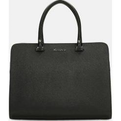 Czarna torebka do ręki. Czarne torebki klasyczne damskie Kazar, ze skóry, zdobione. Za 799,00 zł.